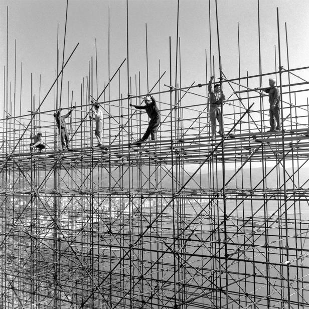 Costruzioni a Napoli (Il Vesuvio sullo sfondo) - Foto Archivio storico Luce