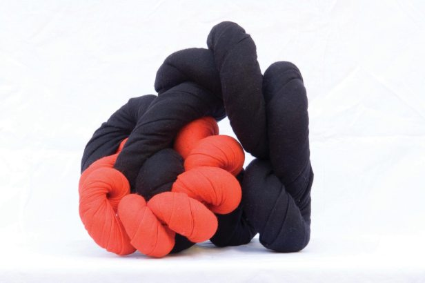Jorge Eduardo Eielson - Nodo con morte panno nero e rosso 2002 30x15x40