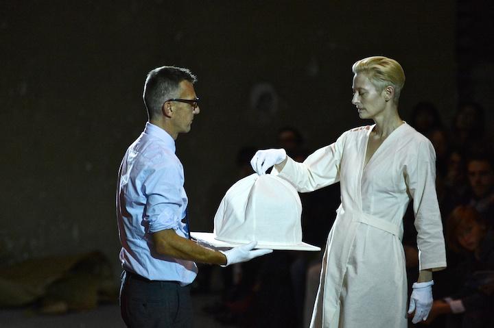 Tilda Swinton e Olivier Saillard - performance The Impossible Wardrobe Parigi Palais de Tokyo_ ph credit Piero Biason