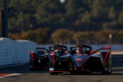 Sebastien Buemi (CHE) Nissan e.Dams, Nissan IMO2 leads Oliver Rowland (GBR) Nissan e.Dams, Nissan IMO2